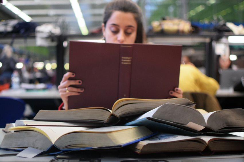 studiare in biblioteca